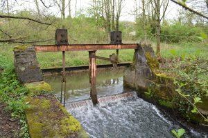 Ouvrage hydraulique vétuste et sans utilisation sur la Vezouze